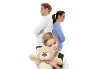 Kind mit Teddy steht vor seinen getrennten Eltern