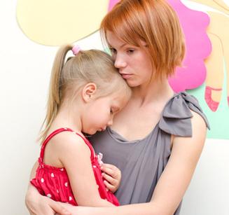 Mutter tröstet ihr Kind auf dem Arm