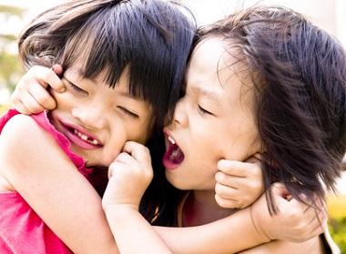 Zwei Mädchen streiten, zwicken und kratzen sich