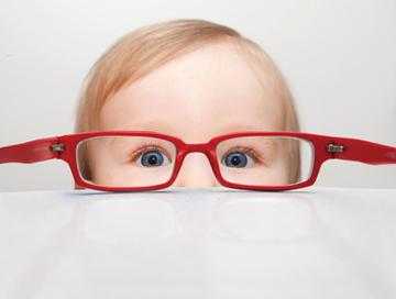 Kleinkind mit Brille