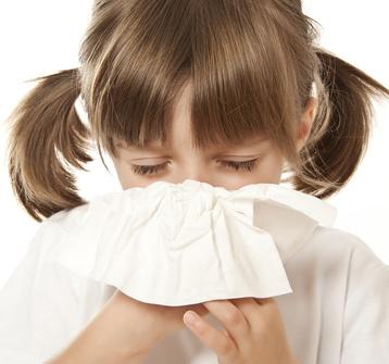 Ein Kind hat oft Nasenbluten