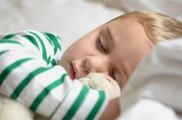 Kleinkind beim Mittagsschlaf