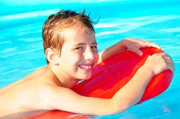 Wie lernt mein Kind schwimmen?