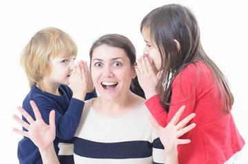Kinder unterbrechen ständig die Mutter