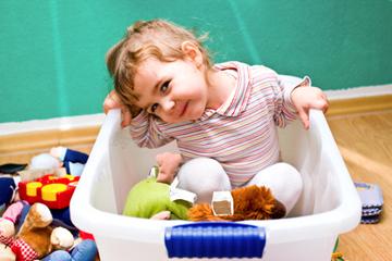 Kindern lernen ihr Spielzeug aufzuräumen