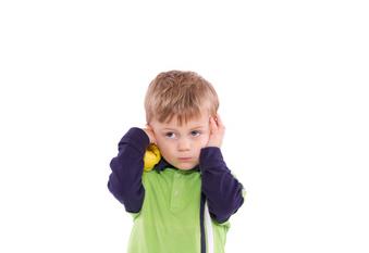 Kind hat Ohrenschmerzen und hört schlecht