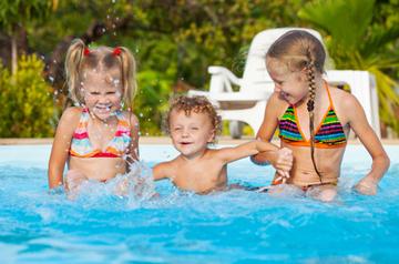 Kinderspiele im Wasser