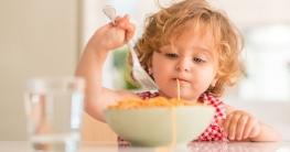 Was essen Kinder Gerne? Kind ist Spaghetti