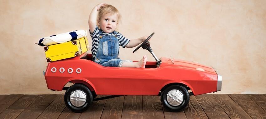 rotes Kinderfahrzeug